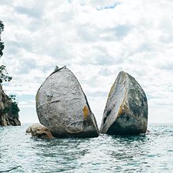 ข้อมูลเที่ยวนิวซีแลนด์ : สปลิท แอปเปิ้ล ร็อค (Split Apple Rock)