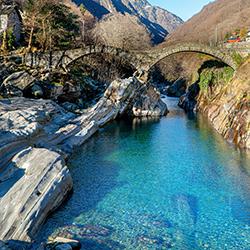 ข้อมูลเที่ยวสวิตเซอร์แลนด์ : แม่น้ำคริสตัล Verzasca River