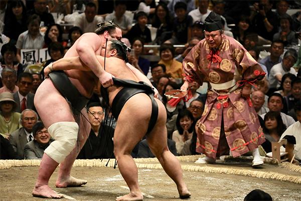18 ภาพถ่ายจากประเทศญี่ปุ่นสวยๆ ที่คุณอาจไม่เคยเห็น,การแข่งขันซูโม่